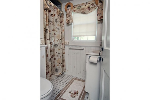 23 Chase Ave Cottage Bathroom
