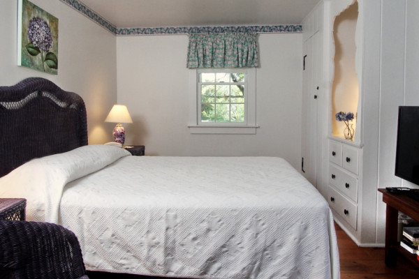 23 Chase Ave Cottage Bedroom with Queen Bed