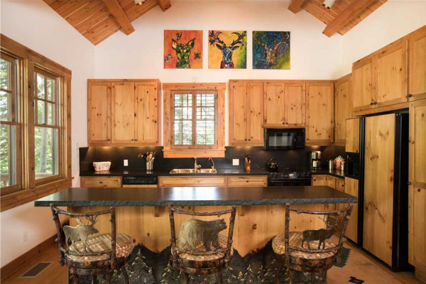 Kitchen & Breakfast Area