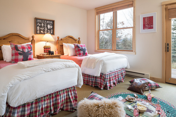 Guest Bed 1 - Moose Creek - Slopeside Luxury Cabin Teton Village