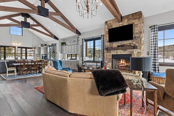 Huckleberry Cabin - Comfortable Living Space