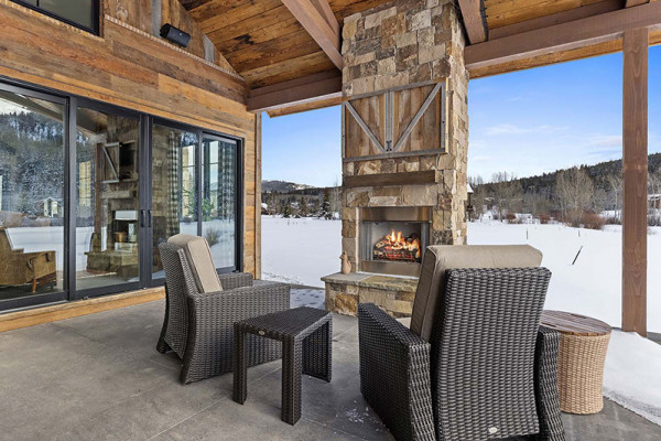 Huckleberry Cabin Patio with Outdoor Fireplace