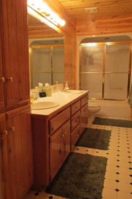 Lakeside Luxury Cabin - Bath 2