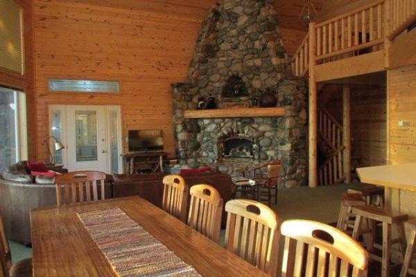 Lakeside Luxury Cabin - Dining