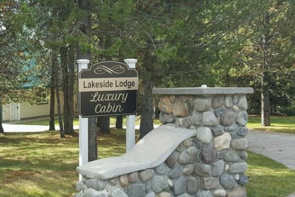 Lakeside Luxury Cabin - Entrance