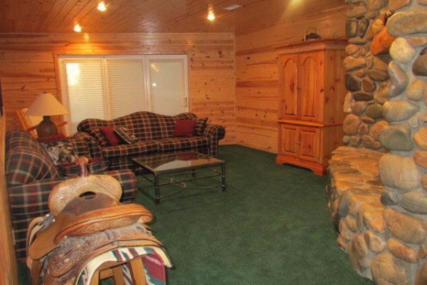 Lakeside Luxury Cabin - Family Room