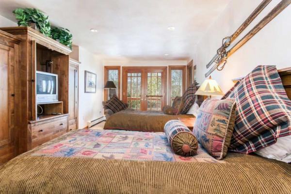 Bedroom with Queens