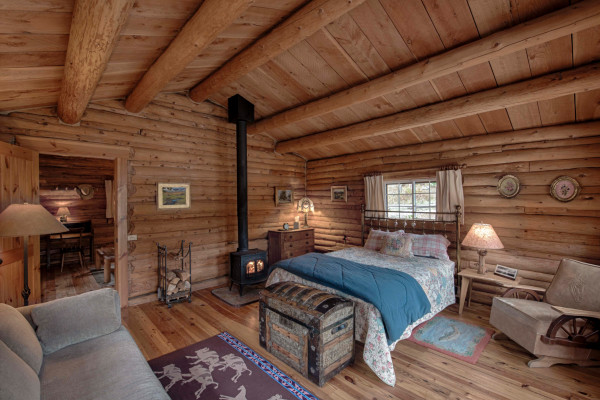 The Josephine Cabin - wood burning stove and comfortable bedding.