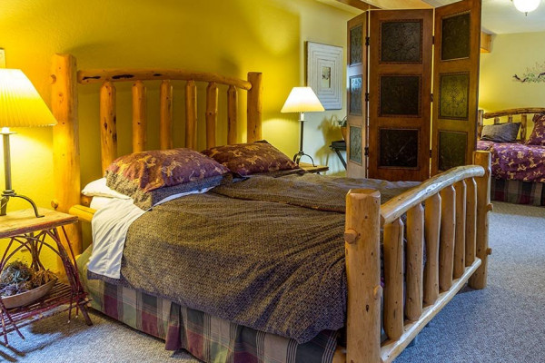 2nd Bedroom with Queen and Day bed