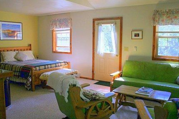 Book deep creek guest cabin north yellowstone montana for Living room queen creek