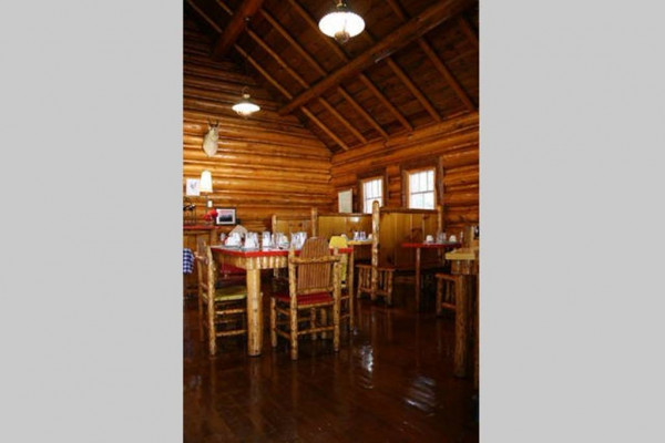Book ceil 39 s cabin north yellowstone montana all cabins for Log cabin cafe